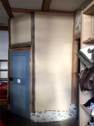 Toilettenhäuschen gemauert aus Lehmsteinen und verputzt mit Lehmfeinputz farbig