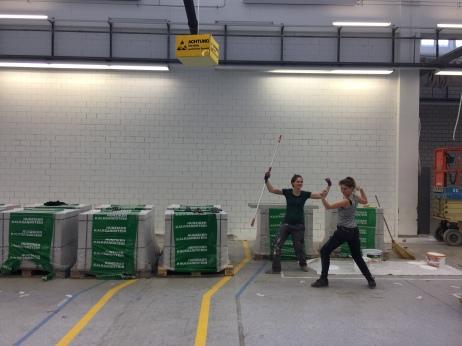 Starke Malerinnen vor fertigem Mauerwerk